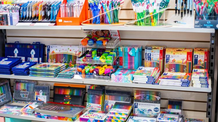 Ecriture, stylos bille, plumes, crayons, feutres
